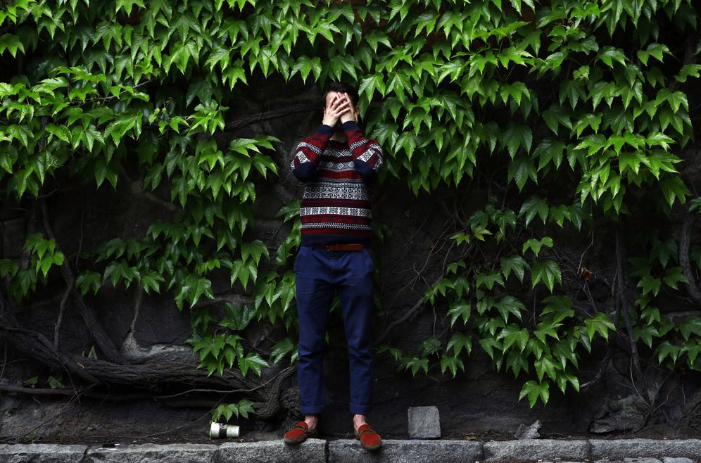Foto: Davlat, de Tayikistán, cubre su rostro para no ser identificado en una iglesia del centro de Estocolmo. (Reuters)
