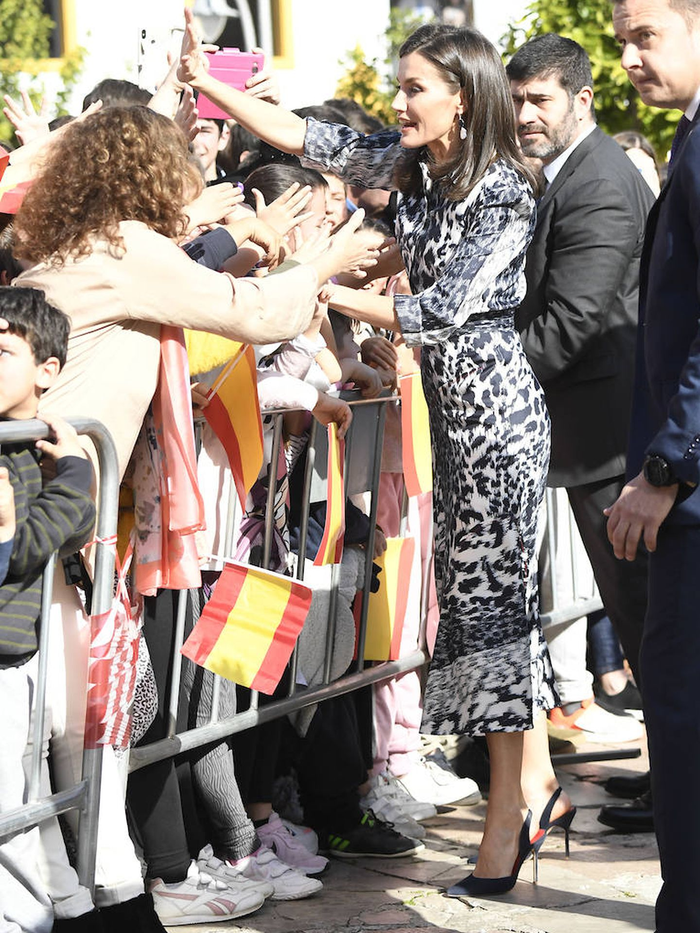 La Reina, saludando en Écija. (LP)