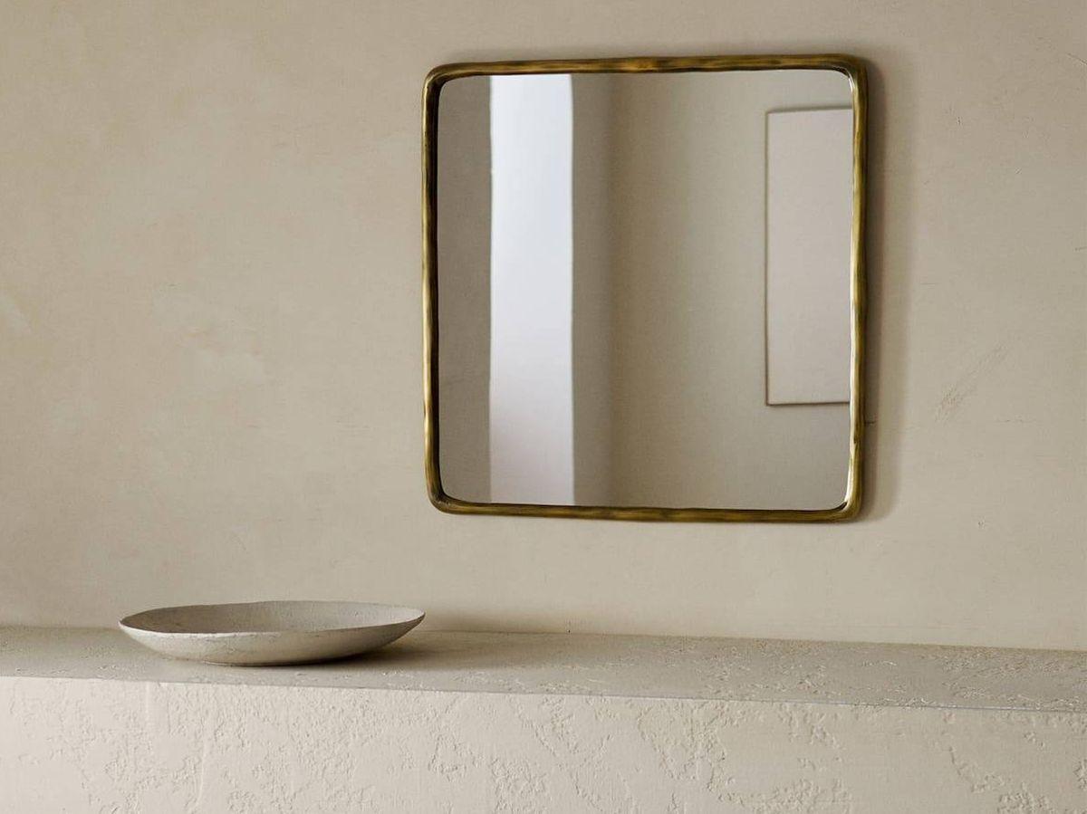 Foto: Espejo cuadrado con marco dorado de Zara Home. (Cortesía)