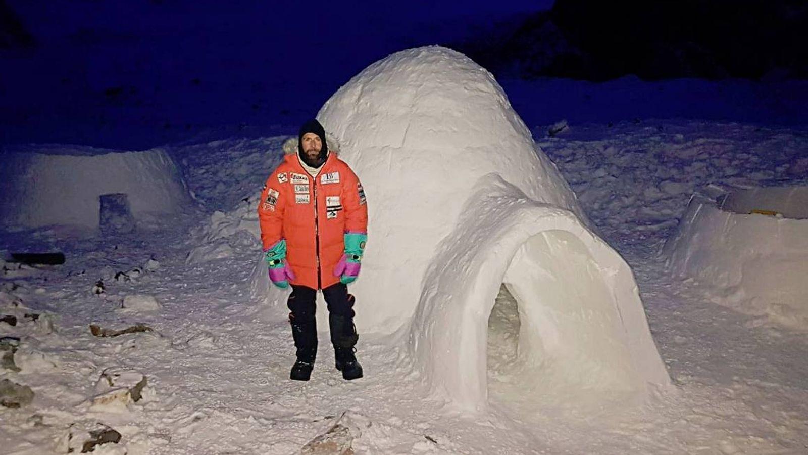 Foto: Alex Txikon junto a su iglú. (Twitter @AlexTxikon)