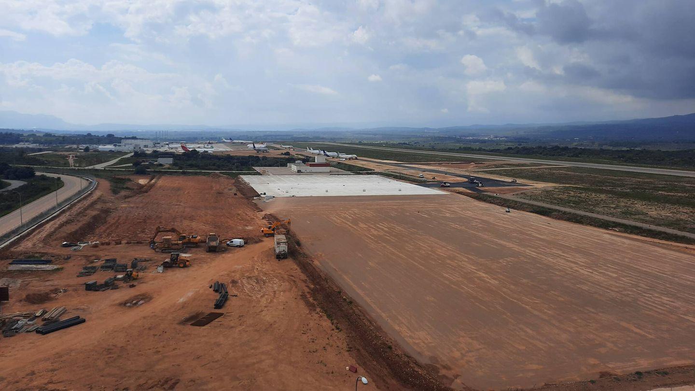 Tererenos del Aeropuerto en los que se trabaja en una plataforma industrial para aviones. (V.R.)