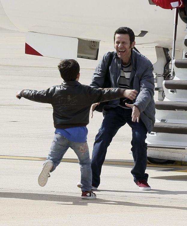 Foto: El periodista de 'El Mundo' Javier Espinosa saluda a su hijo tras ser liberado. (EFE)