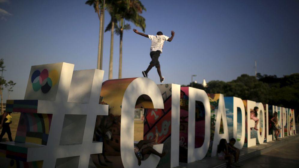 Foto: Un joven salta sobre las letras de Ciudad Olímpica en el puerto de Río de Janeiro, el 8 de enero de 2016. (Reuters)