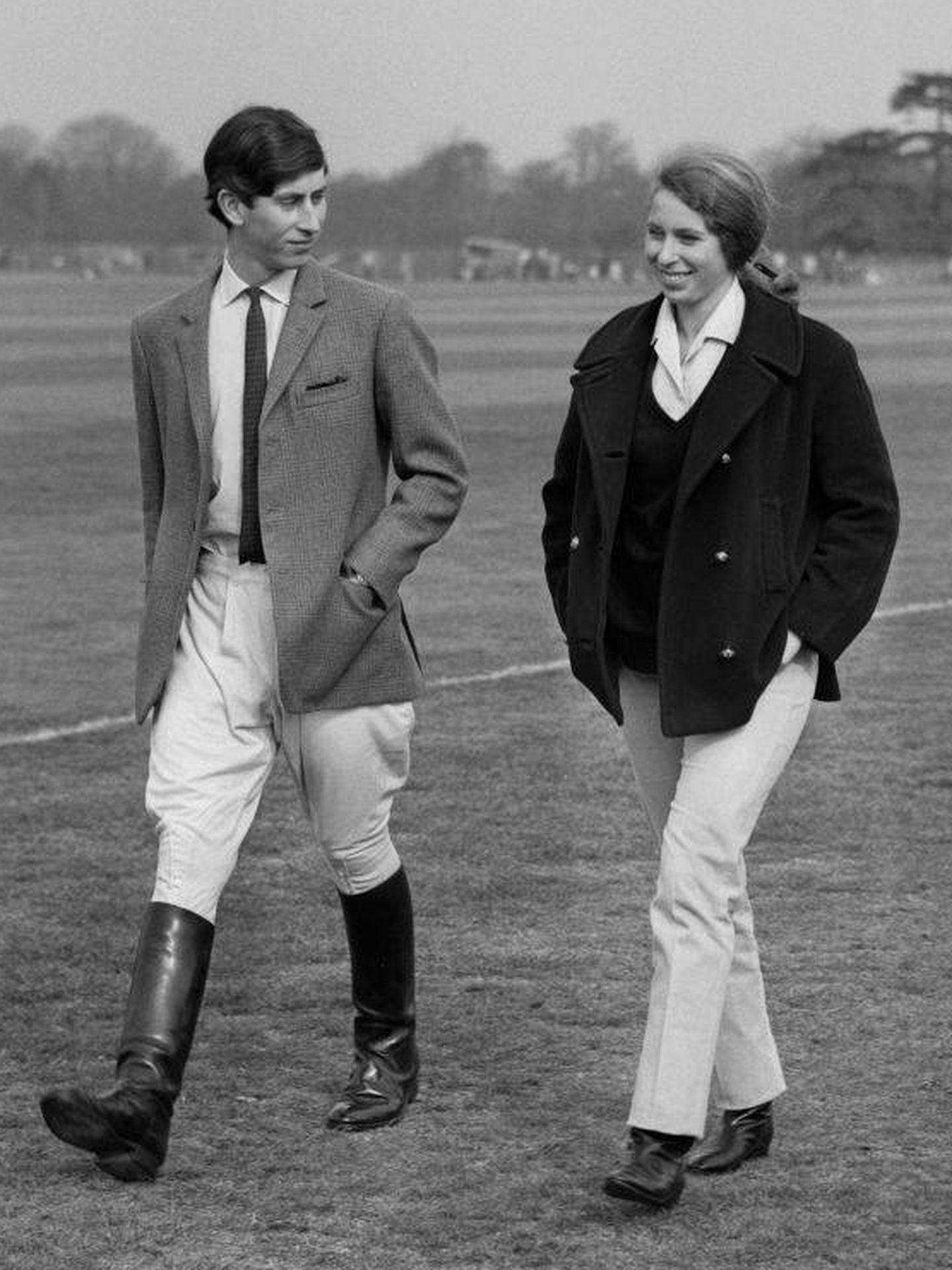 La princesa Ana y su hermano, Carlos de Inglaterra, en 1968. (Getty)