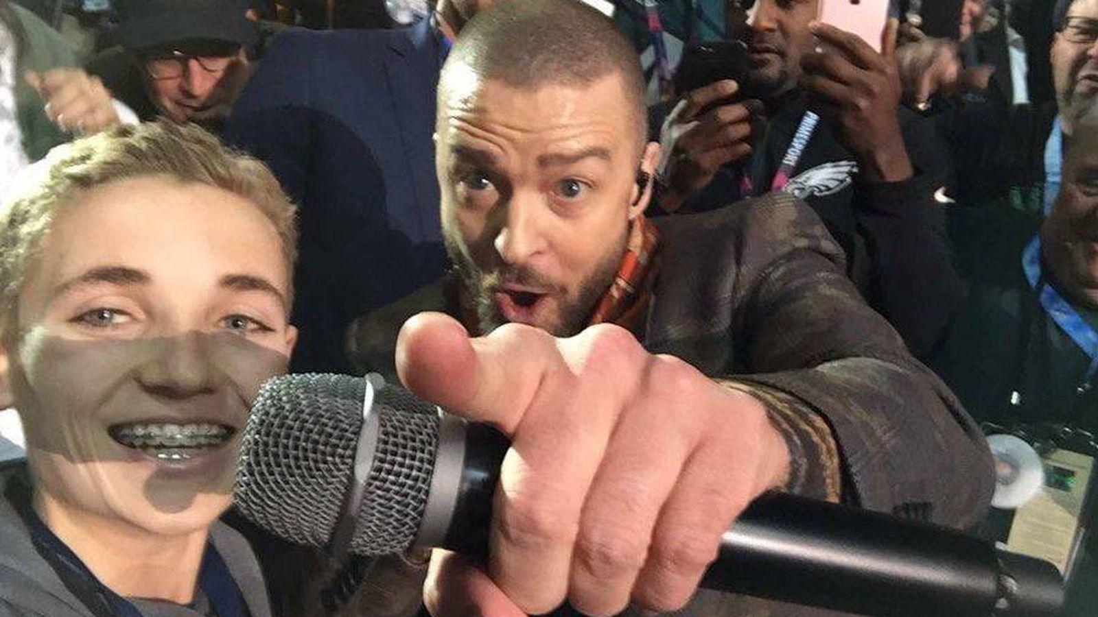 Foto: Justin Timberlake y el niño que le robó el protagonismo en la Super Bowl. (Twitter)