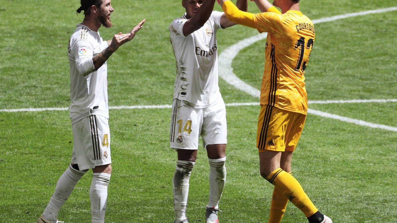 Courtois (d), Casemiro (c) y Sergio Ramos celebran la victoria ante el Athletic de Bilbao. (EFE)