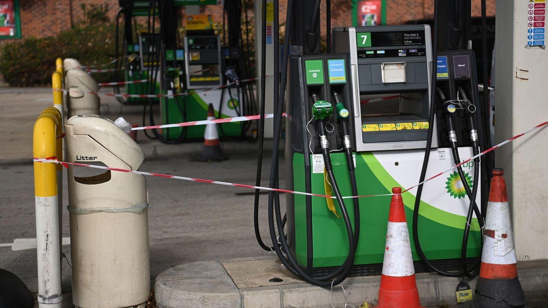 Dispensadores cerrados ante la falta de gasolina. (EFE)