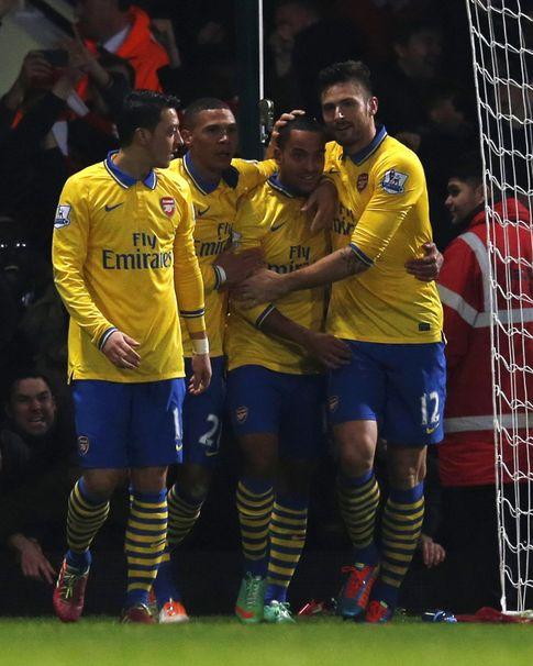 Foto: Walcott es felicitado tras marcar uno de sus dos goles