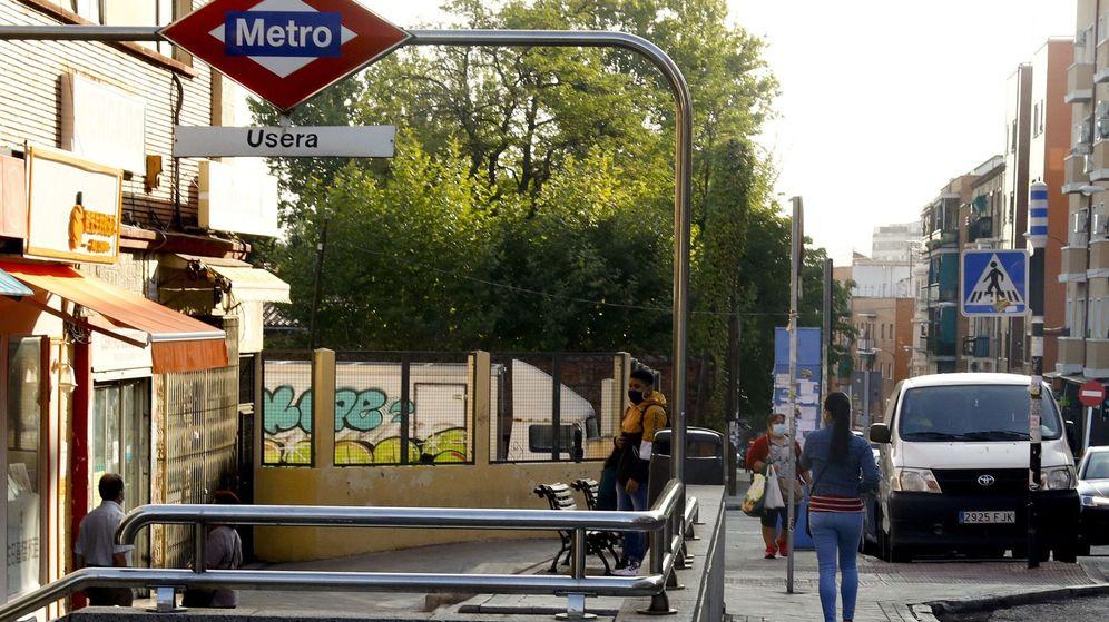 Foto: Acceso a la estación de metro de Usera (Madrid), uno de los barrios afectados por las restricciones sanitarias, este martes. (EFE)