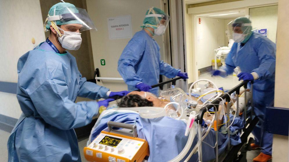 Foto: Un paciente de coronavirus, en Italia. (EFE)