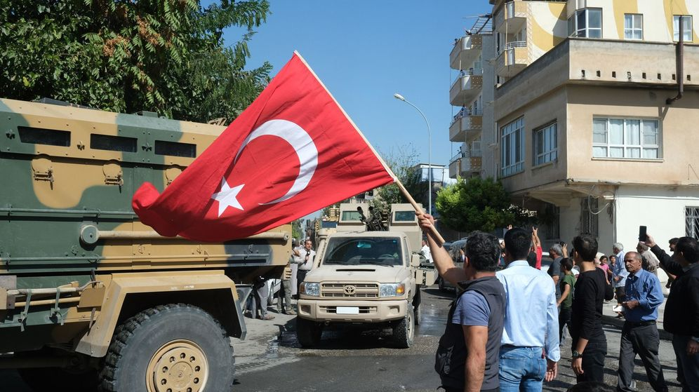 Foto: Ciudadanos turcos saludan a sus militares en la ciudad de Akcakle. (EFE))