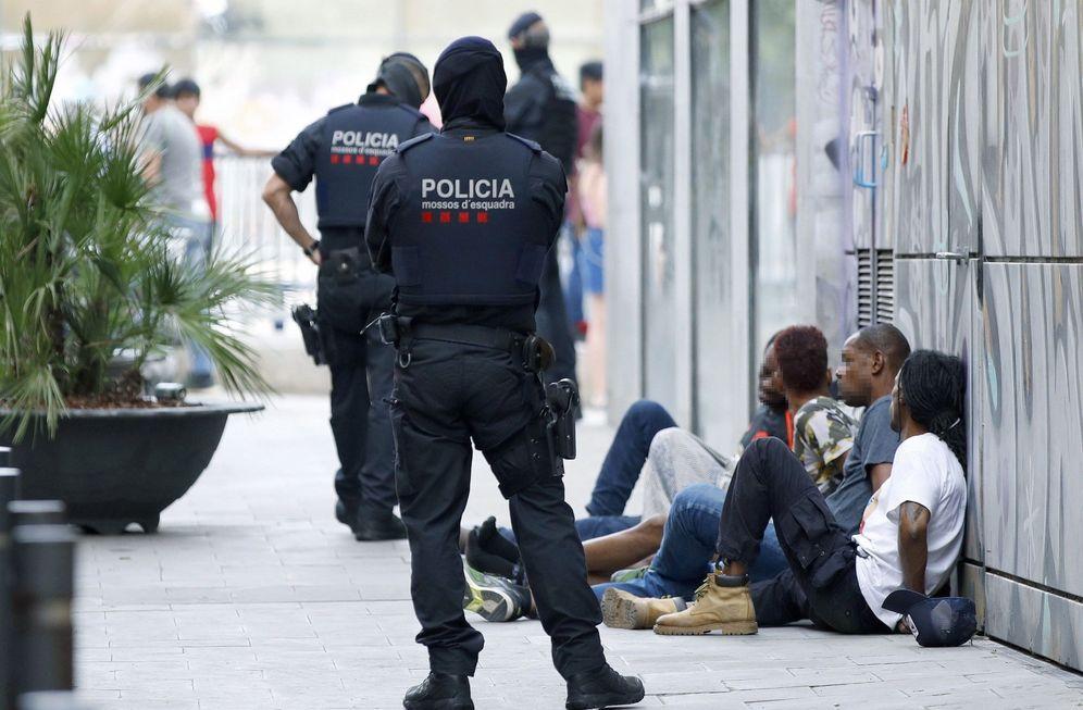 Foto: Los Mossos toman el barrio del Raval (Barcelona) en una macrooperación contra el narcotráfico. (EFE)