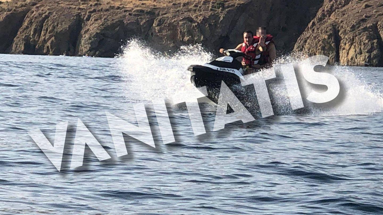 Enrique Ponce, sobre una moto acuática. (VA)