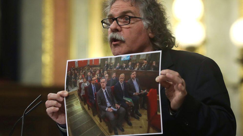 Foto: Joan Tardà con la foto del juicio del procés en la tribuna del Congreso. EFE