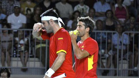 España se la jugará el domingo tras perder un partido de dobles eterno