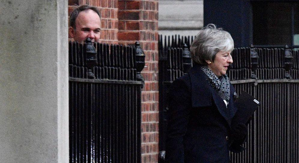 Foto: La primera ministra británica, Theresa May, sale del número 10 de Downing street, en Londres. (EFE)