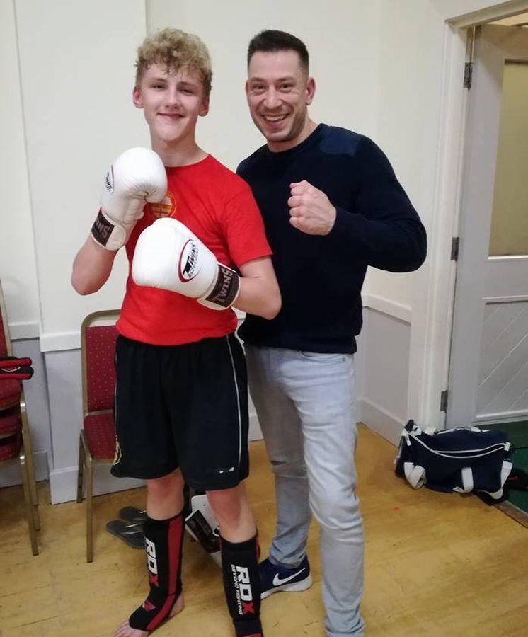 Foto: A la izquierda, el joven y malogrado luchador (FOTO: www.facebook.com/marsdens.all.styles.kickboxing.sheffield)