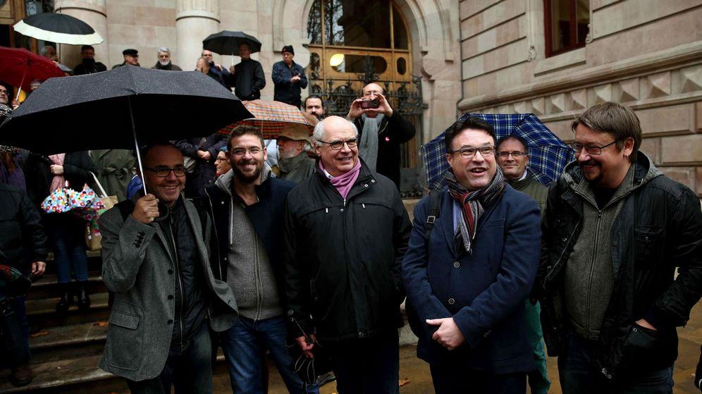 Foto: Joan Coscubiela, Albano Dante Fachin, Lluís Rabell y Xavier Domènech arropan a Joan Josep Nuet (2º d), a su llegada a declarar el jueves al TSJC. (EFE)