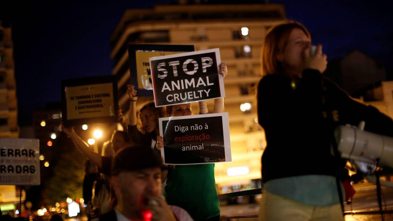 Activistas animalistas piden la abolición de las corridas de toros cerca de Campo Pequeno, el 2 de junio de 2016. (Reuters)
