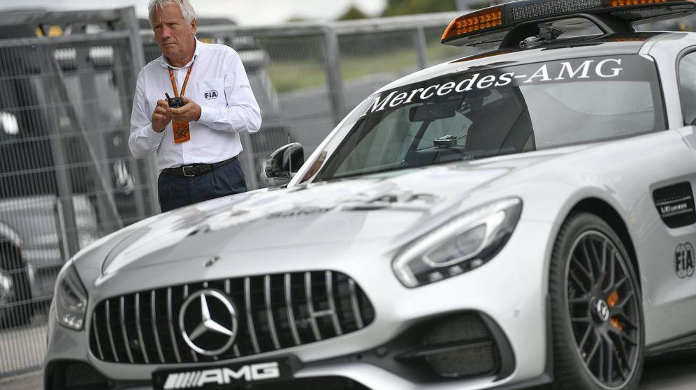 Foto: Charlie Whiting, junto a un 'safety car' en el circuito de Hungaroring en 2017. (EFE)