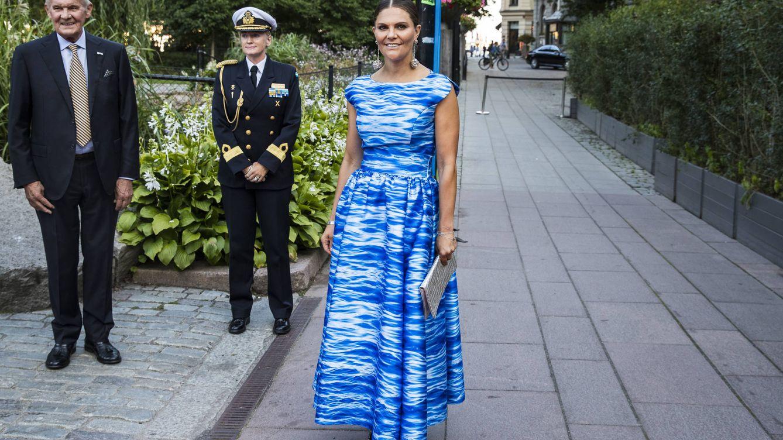 Azul y blanco: la elegante combinación que une el armario de Victoria, Magdalena y Sofía de Suecia