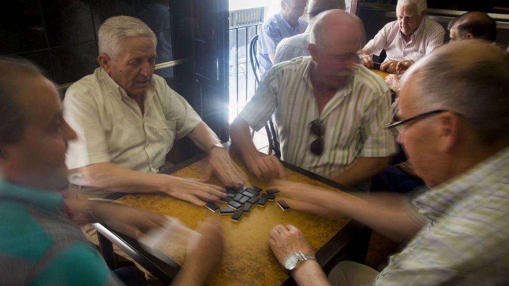 Foto: Jubilados de Jódar (Jaén), jugando al dominó. (Foto: Fernando Ruso)