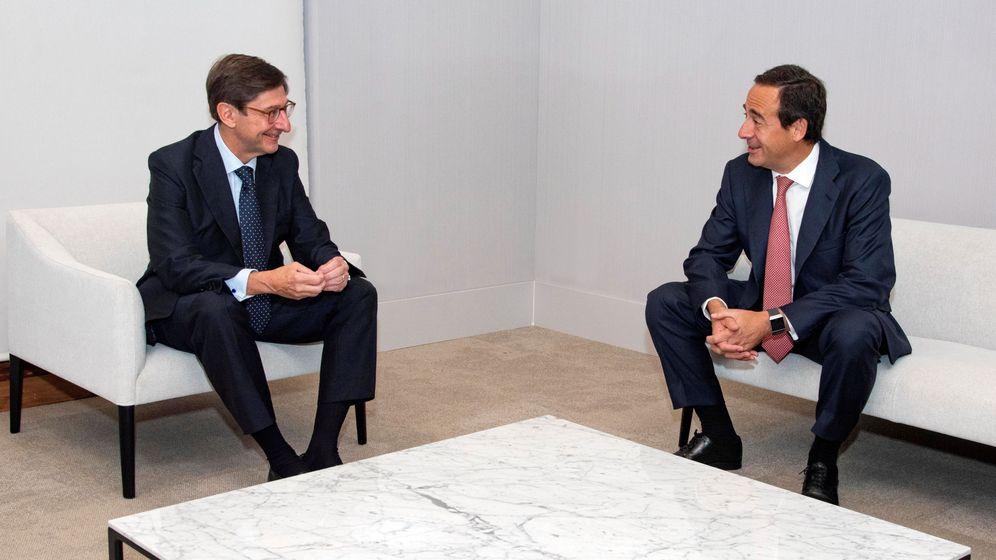 Foto: José Ignacio Goirigolzarri (i), presidente de Bankia, y Gonzalo Gortázar, CEO de CaixaBank, en la presentación de la fusión. (Reuters)