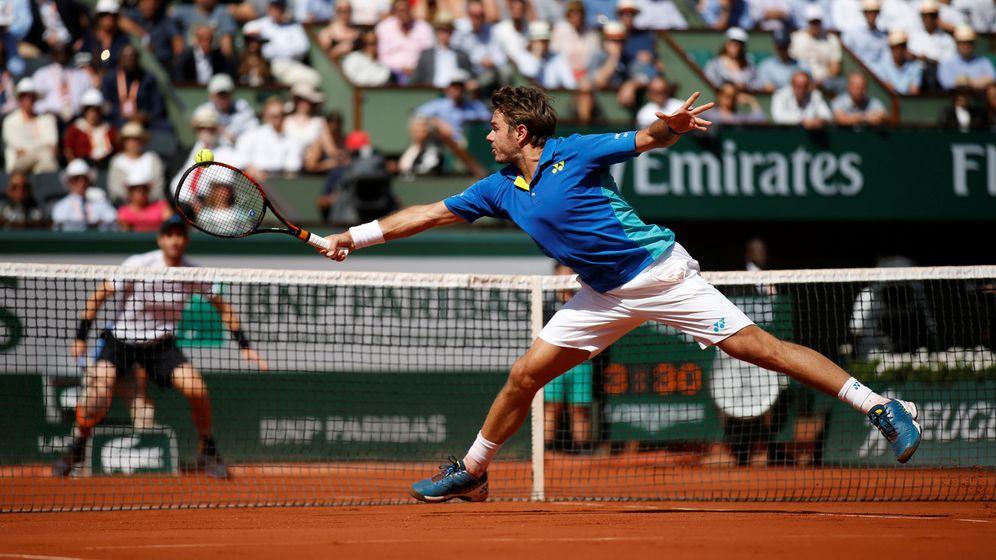 Foto: Wawrinka pega a la bola con el revés en la semifinal contra Murray. (Reuters)