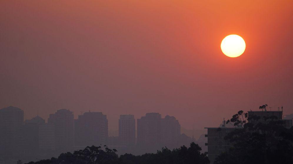 Foto: El color rojo que se ve en el sol en Sydney está provocado por las cenizas procedentes de los incendios (Reuters/Stephen Coates)