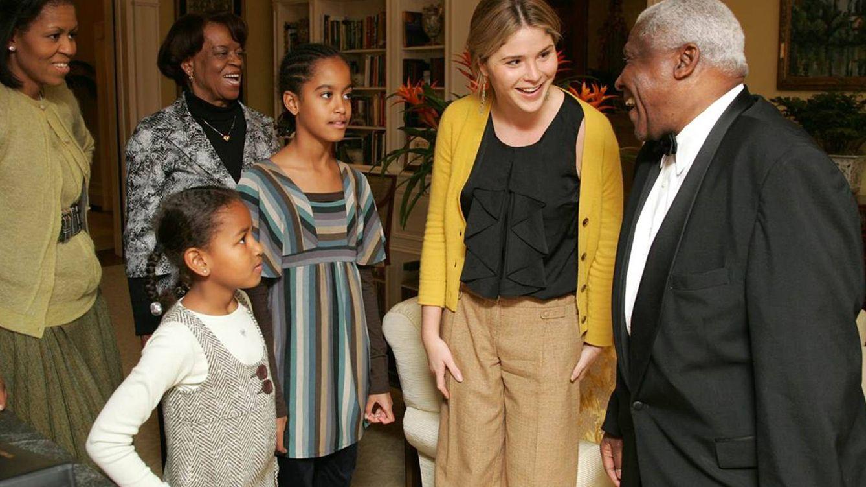 Foto: Jenna Bush, Michelle Obama, su madre, Malia y Sasha charlan con un mayordomo