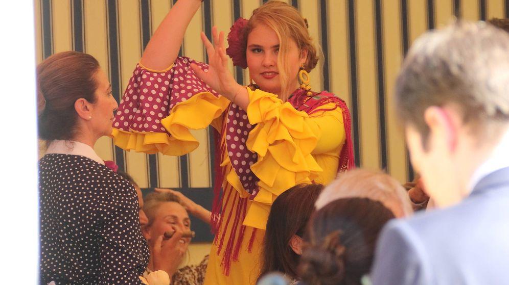 Foto: Amalia de Holanda bailando sevillanas en la Feria de Abril. (Lagencia Grosby)