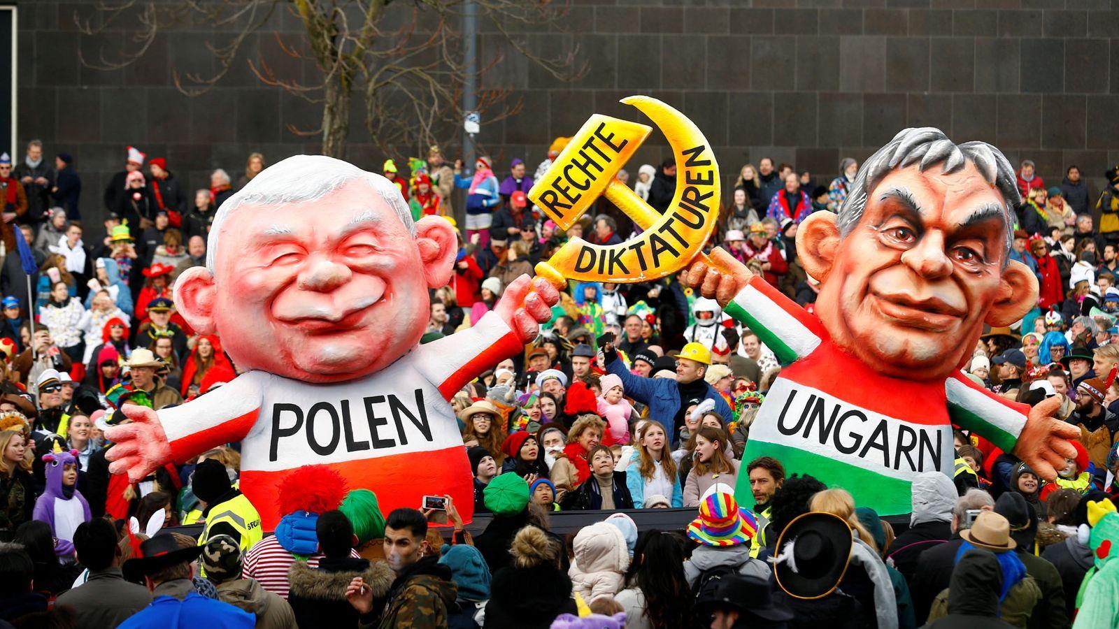 Foto: Disfraces de Jaroslaw Kaczynski y Viktor Orbán en el festival de Dusseldorf. (Reuters)