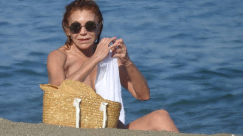 Tita Cervera, en la playa de Marbella. (Vanitatis)