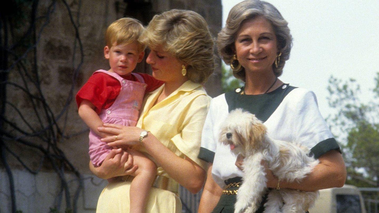 Lady Di con su hijo Harry junto a la reina Sofía en Mallorca. (Cordon Press)
