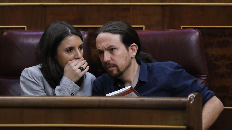 Irene Montero charla con Pablo Iglesias, el pasado 21 de junio en el Congreso. (EFE)