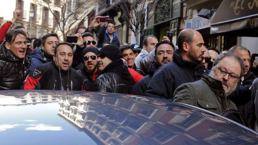 Foto: Varios miembros de la Policía Municipal de Madrid increparon al concejal Javier Barbero el pasado 16 de febrero tras conocer la supresión de los antidisturbios. (EFE)