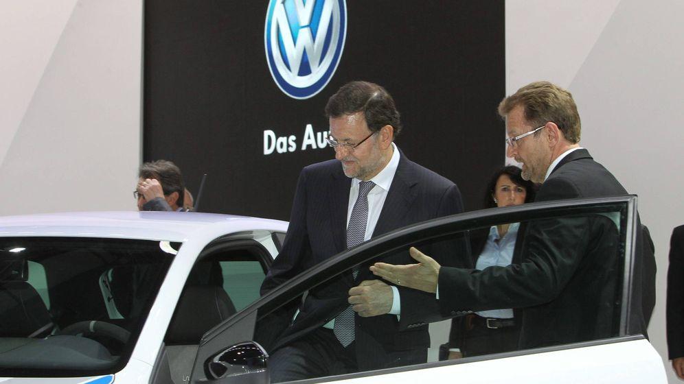 Foto: El presidente del Gobierno, Mariano Rajoy, acompañado por Patrick Danau, director general de Volkswagen Navarra.