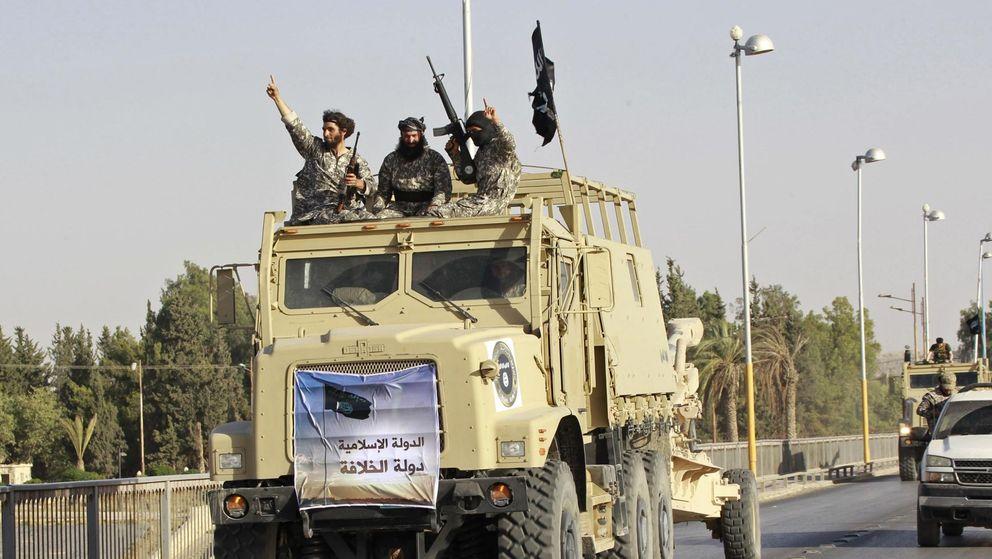 Foto: Combatientes del Estado Islámico participan en un desfile militar por las calles de Raqqa, la capital del Califato, en Siria. (Reuters)