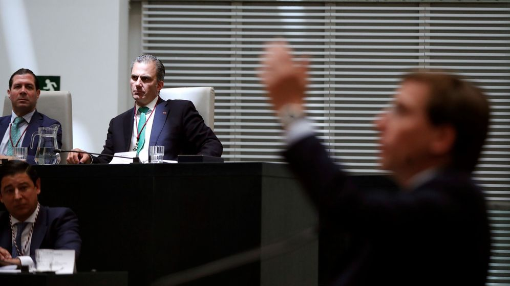 Foto: El secretario general de Vox, Javier Ortega Smith (fondo-d), el vicesecretario jurídico de Vox, Pedro Fernández (fondo-i), y Martínez-Almeida en primer plano. (EFE)