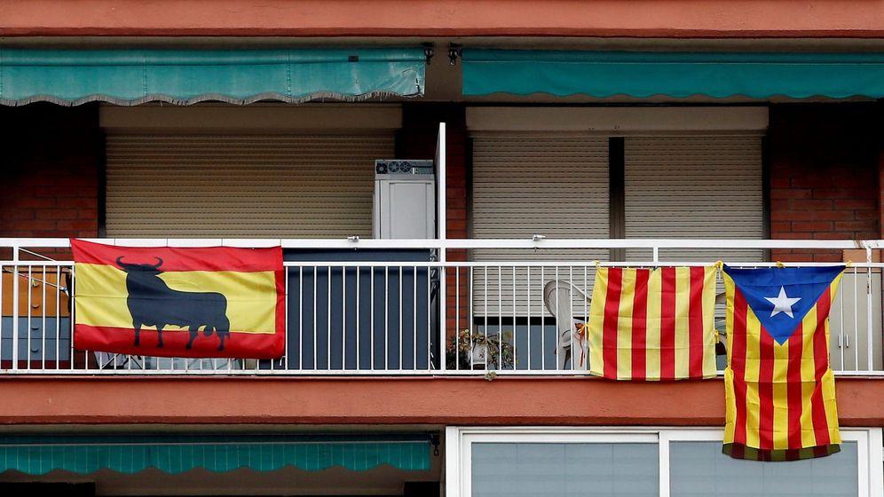 Foto: Banderas españolas, 'senyeras' e independentistas cuelgan de unos balcones en la Ciudad Condal. (EFE)