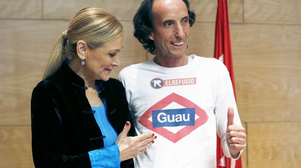 Foto: Cristina Cifuentes, presentando la medida junto al presidente de la asociación El Refugio. (EFE)