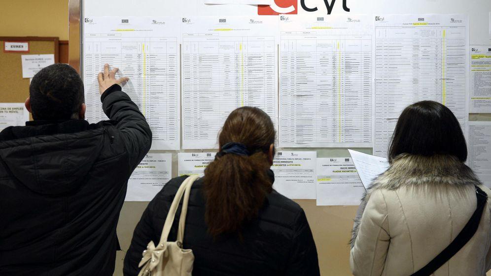Foto: Tres personas consultan cursos de formación en una oficina de empleo en Castilla y León. (Efe)