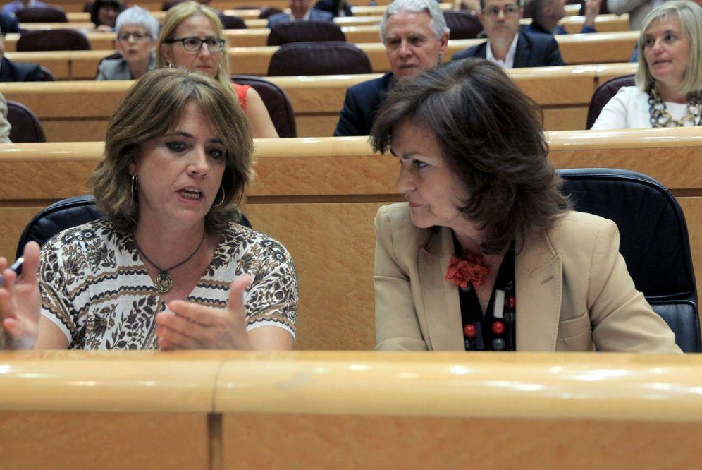 Foto: Carmen Calvo charla con la ministra de Justicia, Dolores Delgado, este 25 de septiembre en el Senado. (EFE)