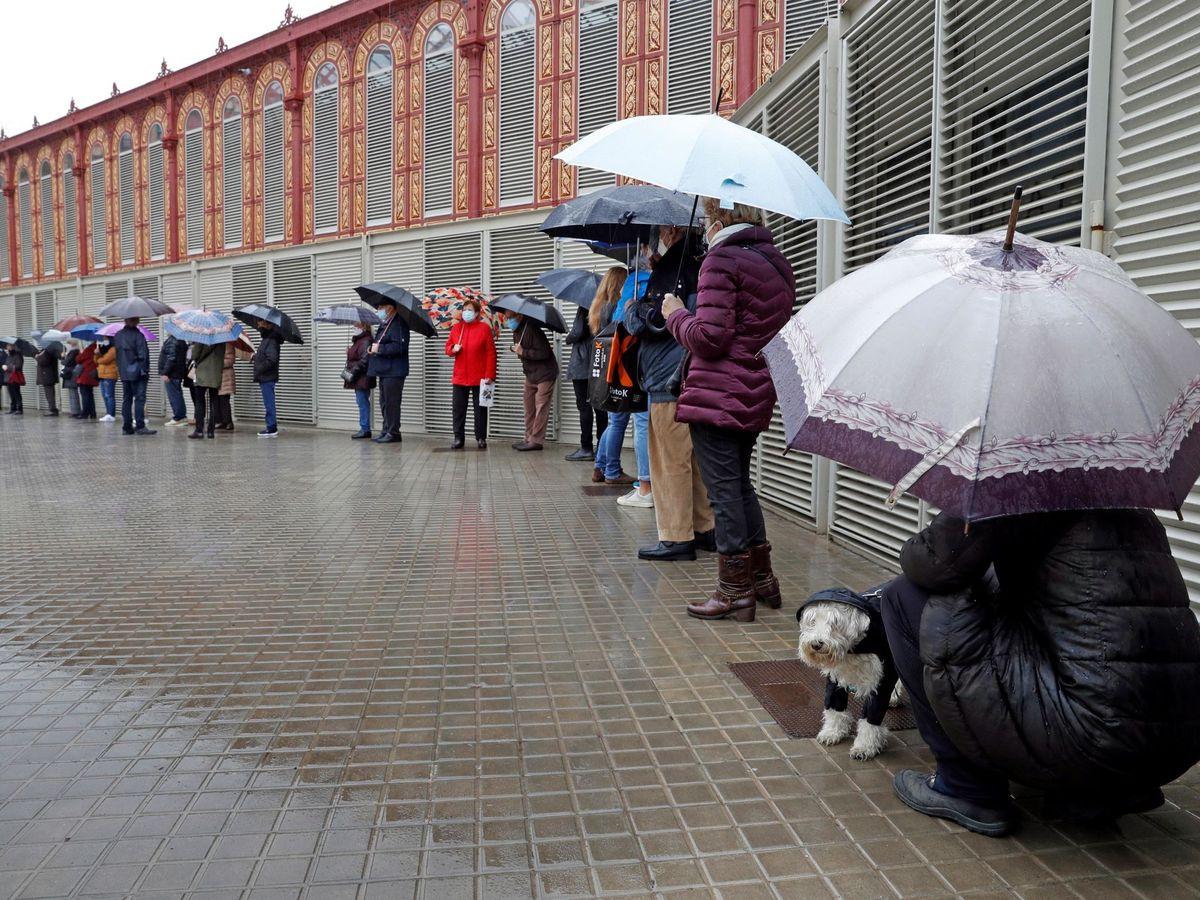 Foto: Cola para entrar en un colegio electoral. (EFE)