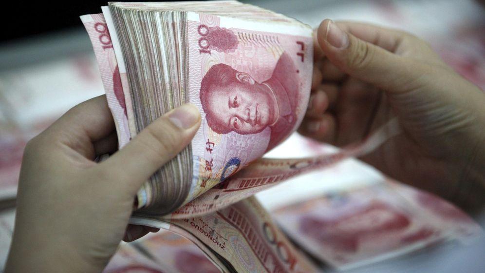 Foto: Una empleada cuenta yuanes en una sucursal bancaria en China. (EFE)