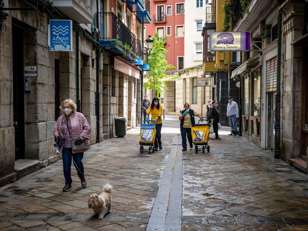 Foto: Varias personas en una calle de Santander. (EFE)