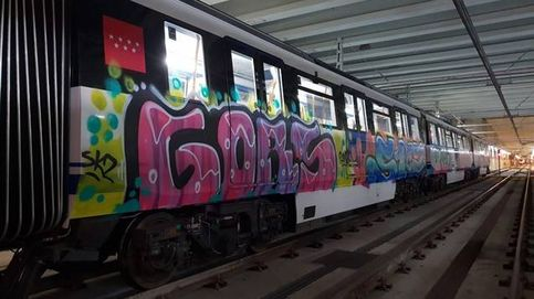 Un grupo de grafiteros pinta 45 metros cuadrados de un tren en Madrid