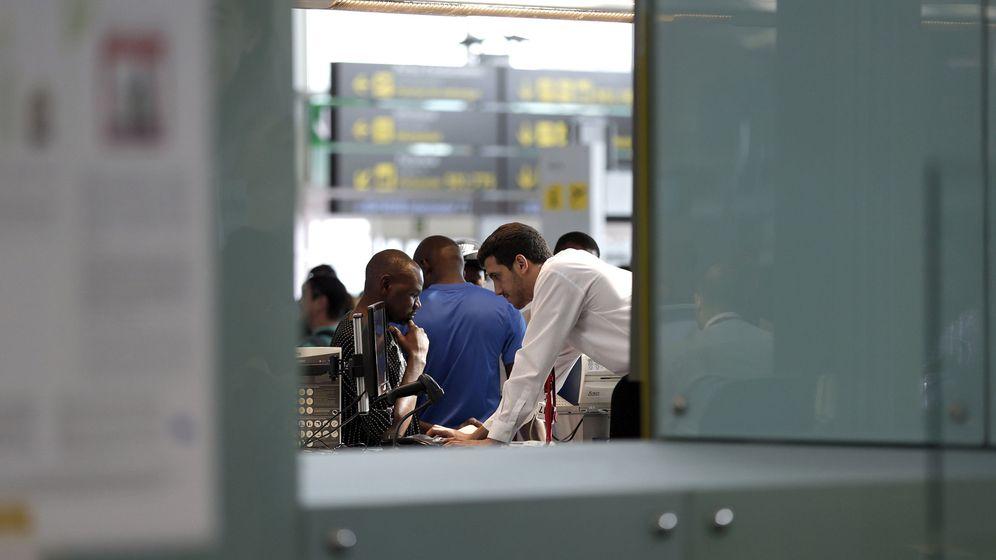 Foto: Las cancelaciones y retrasos de Vueling vuelven a provocar problemas en el Prat. (EFE)