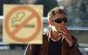 Despedido por fumar en los vestuarios de una empresa alimentaria de Murcia