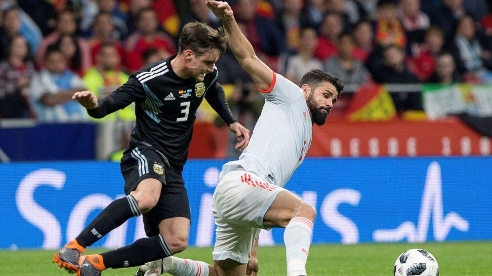 Foto: Alejandro Nicolás Tagliafico pugna por un balón con Diego Costa en el España-Argentina disputado en el Metropolitano. (Reuters)
